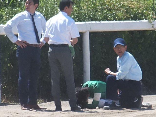 コース上でうずくまる藤田菜七子騎手