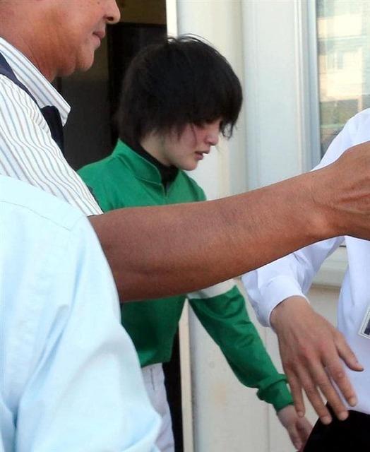 処置後、辛そうな表情で医務室を後にする藤田菜七子騎手