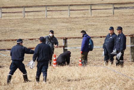 事件当時、現場周辺を捜査する警察関係者