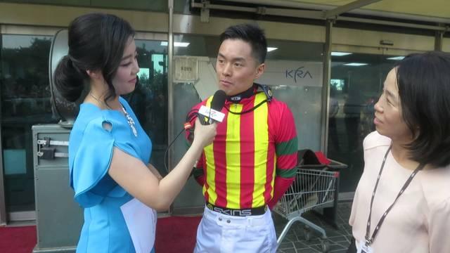 トゥクソムC勝利後インタビューを受ける藤井騎手