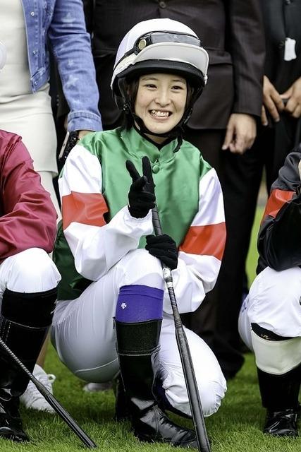 集合写真での笑顔を見せる藤田菜七子騎手