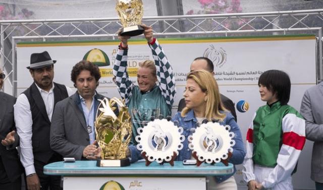 優勝した騎手が表彰される横で何とも言えない表情を浮かべ...