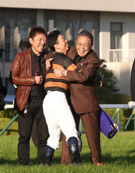 口取り式の際、大喜びで抱き合う北島三郎氏&北村宏司騎手