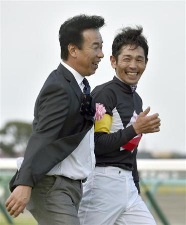 鞍上の戸崎騎手と笑顔で談笑する藤原英調教師