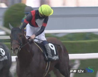 入線後、松田騎手を探すバルザローナ騎手