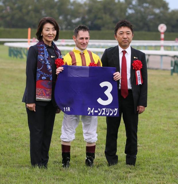左から吉田千津オーナー、デムーロ騎手、吉村調教師