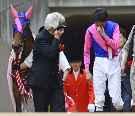 2013年のオークスで嬉し涙を流す松本オーナーと幸四郎