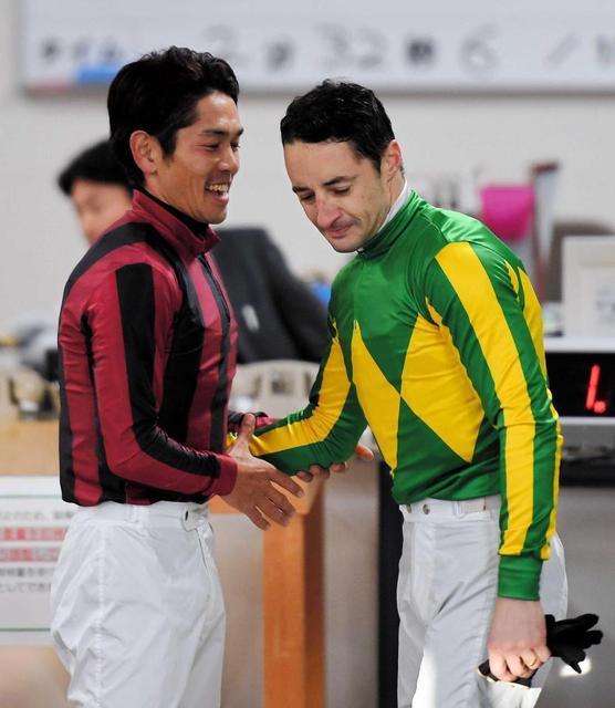 昨年末の有馬記念後にルメール騎手と健闘を称え合う戸崎騎手