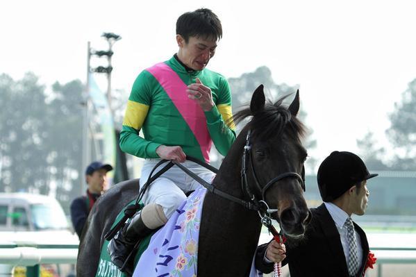 タガノアザガルの馬上にて涙をこらえる松田騎手