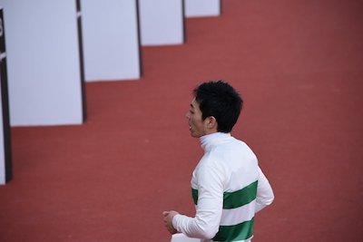 川田騎手が森騎手を見つけ歩み寄る…