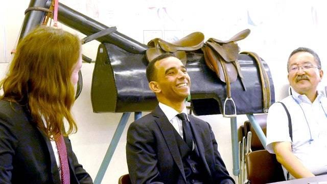 試験終了後、取材に笑顔で応えるJ.モレイラ騎手
