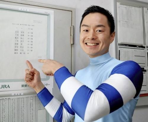合格の報せを聞き喜ぶ藤井勘一郎騎手