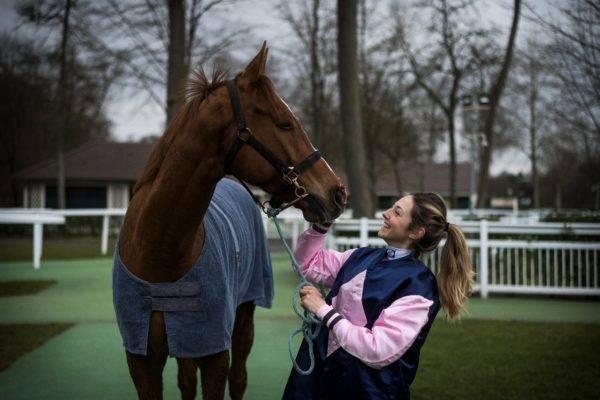 馬と戯れるミカエル・ミシェル騎手