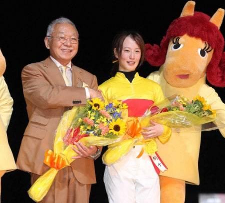 Dr.コパ氏と握手をし喜びを分かち合う藤田菜七子騎手