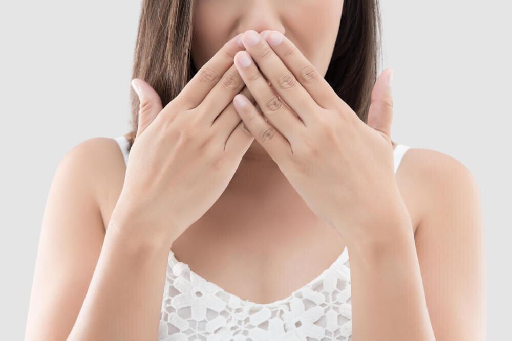 口臭ケア、みんなはどうしてる?気になる原因やセルフでできる対処法を紹介