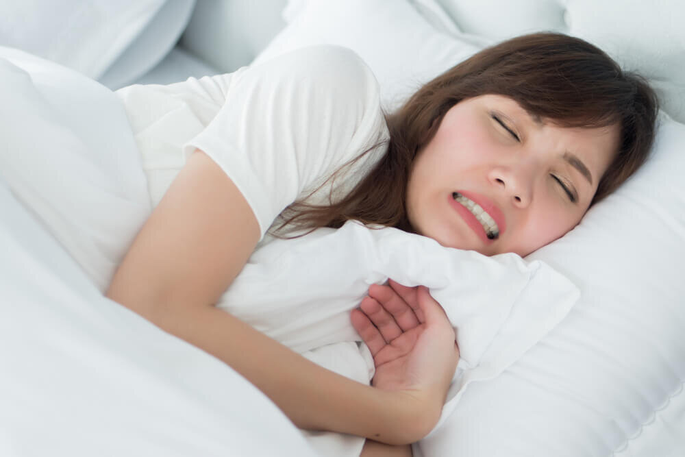 自覚なく歯ぎしりしている人が実は多い?原因や対策方法を知り、症状改善に役立てよう