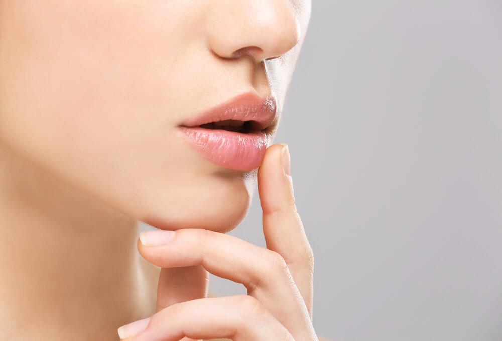 唇のヒリヒリ、もしかしたらヘルペスかも。発症した時に気を付けることとは