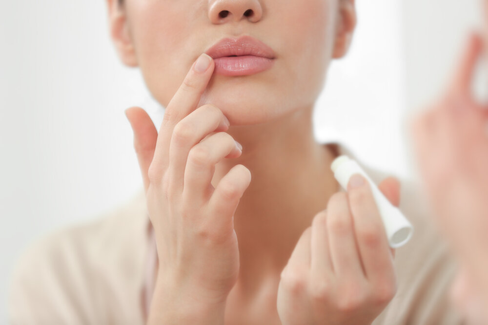 唇の乾燥は病院の受診が必要なケースもある! カサカサの原因と対処方法をご紹介