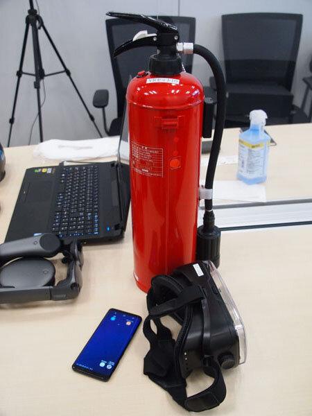 図1:「VR消火訓練シミュレータ」はVRヘッドセット、...