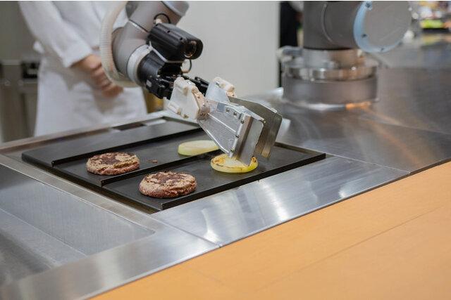 図1:「ハンバーガーショップ専用の調理ロボット」を共同開発