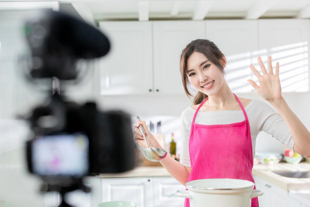 料理のライブ配信をする女性