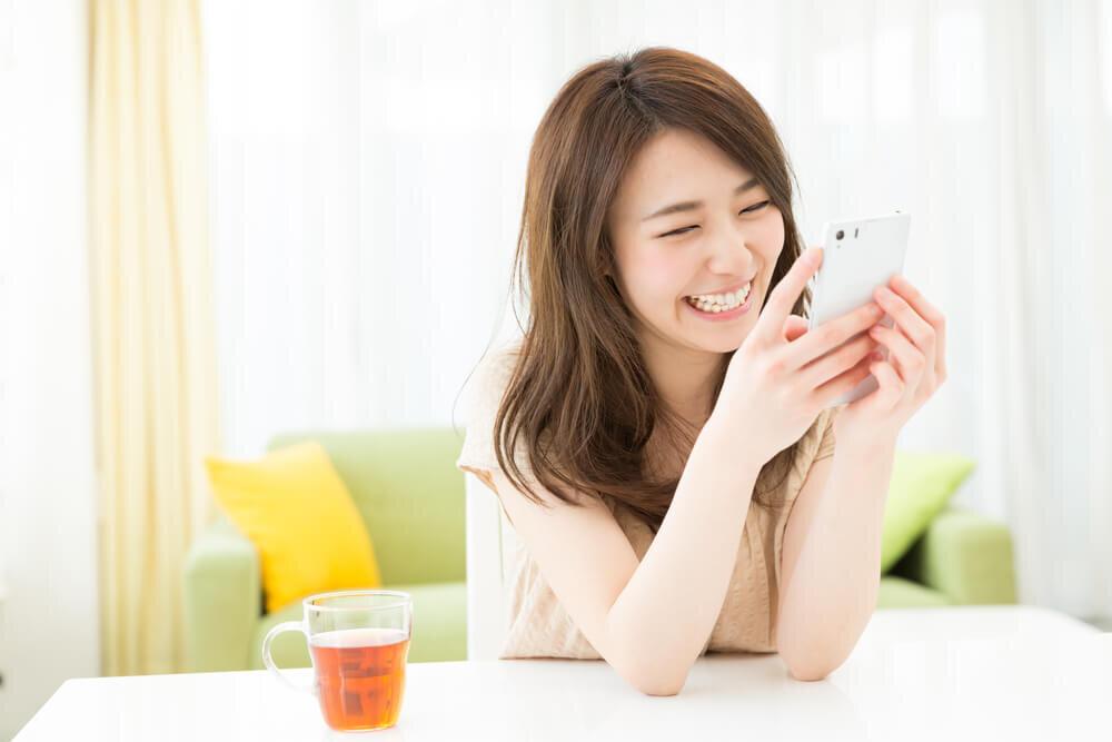 ライブ配信を視聴する女性