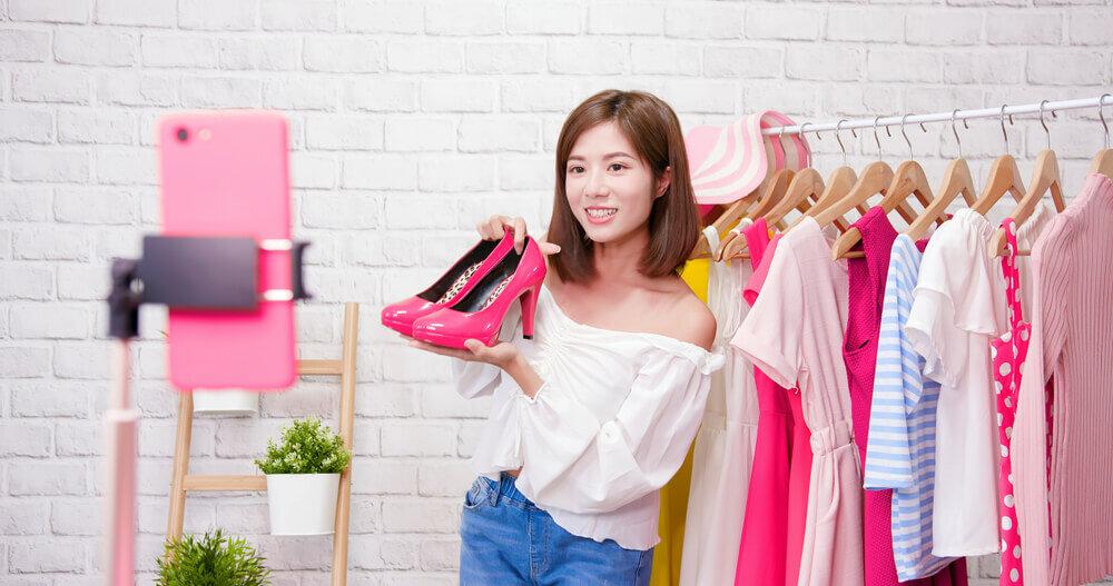 ピンクの靴を紹介する女性