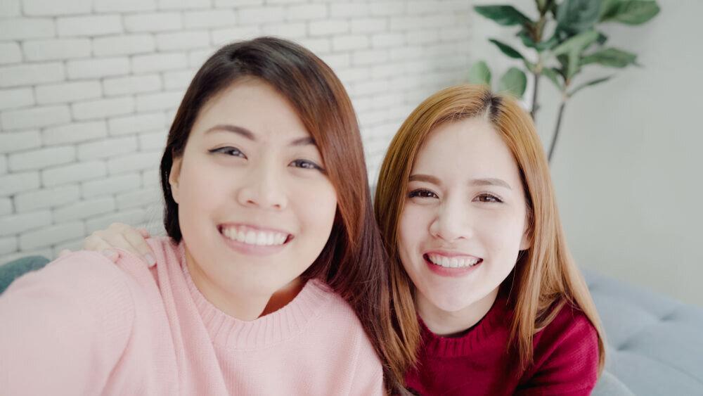 笑顔で自撮りをする女性達