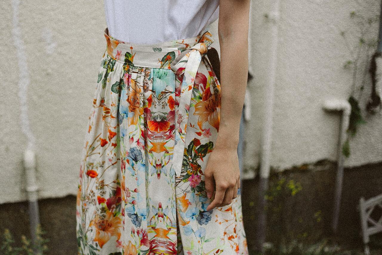 久留米絣がモダンなスカートに!纏える文化財「Kurume Kasuri Maxi」の受注販売スタート