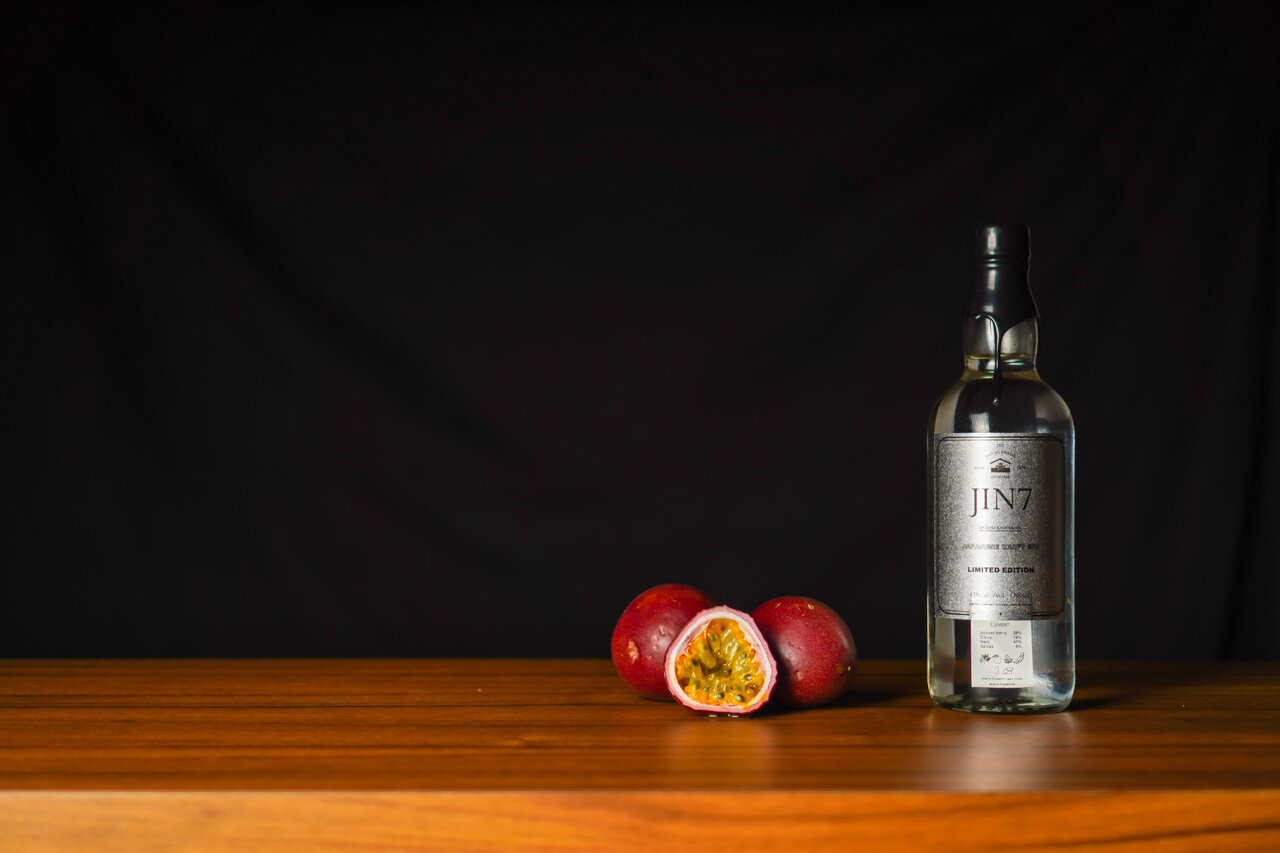 クラフトジンに香水を振りかけて楽しむ新感覚のお酒体験。「JIN7 limited」と「PUSH BITTERS」