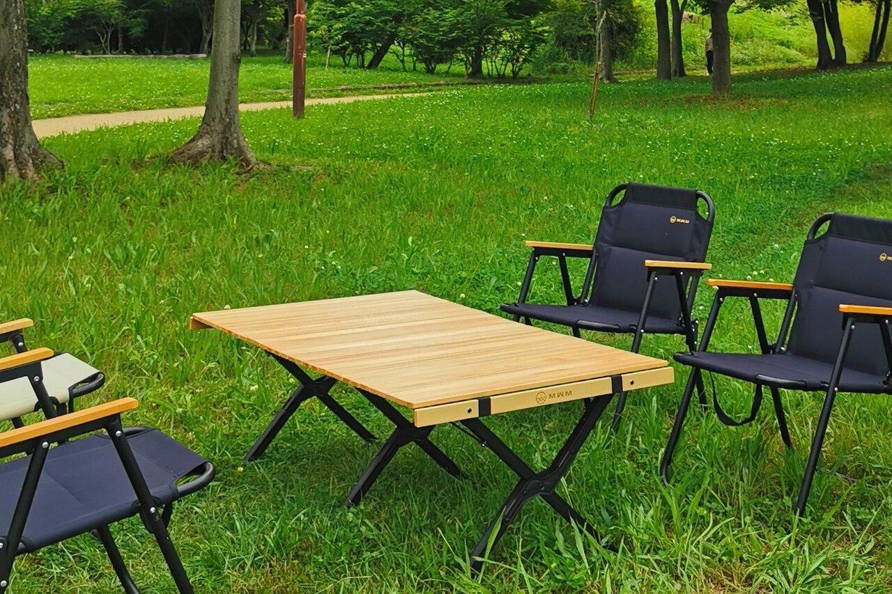 ナチュラルウッドの木目がキャンプシーンにマッチ。ゆったりサイズのテーブル「READY Table 2」