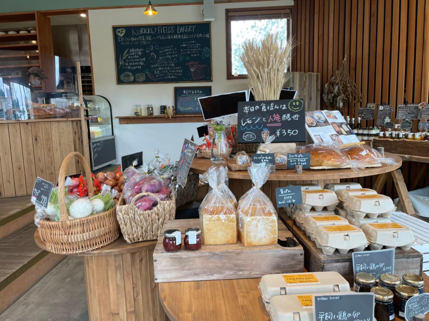 KURKKU FIELDS BAKERYはパン以外に野菜、ジャム、卵なども購入可能